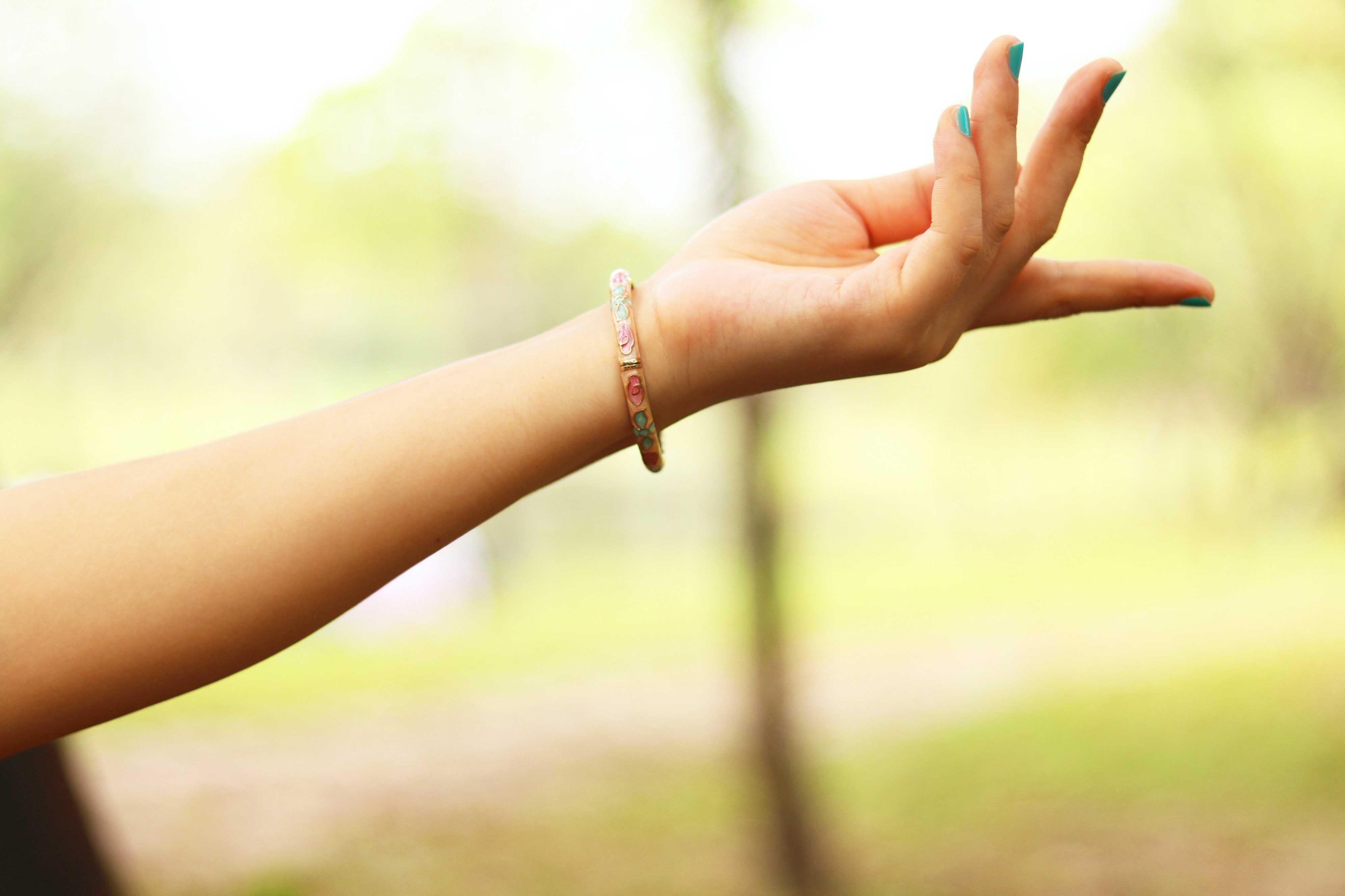 アクセササリーをつけた左手