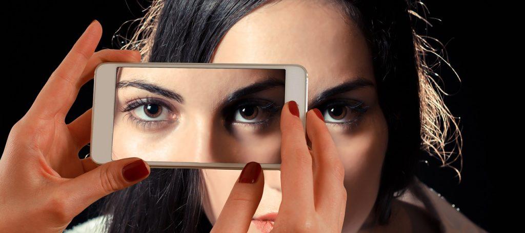 自撮りする女性の画像