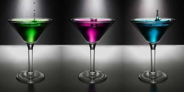 グラスに色のついた水が注がれている