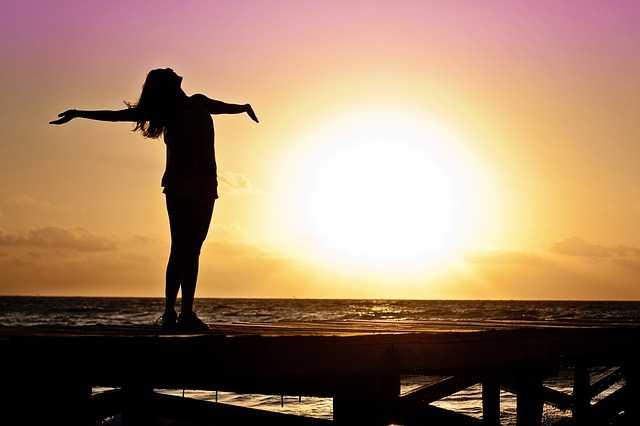 太陽の光を浴びる女性